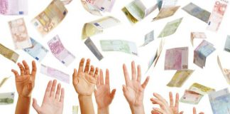 Euro Geld fliegt über viele Hände