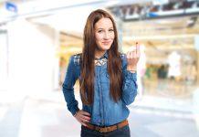 Junge Frau reibt sich die Finger für Geld