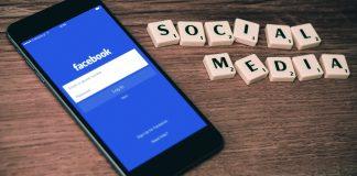 Facebook-App auf Smartphone und Scrabblesteine Social Media