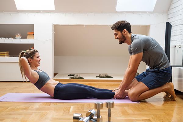 Frau trainiert gemeinsam mit Mann.