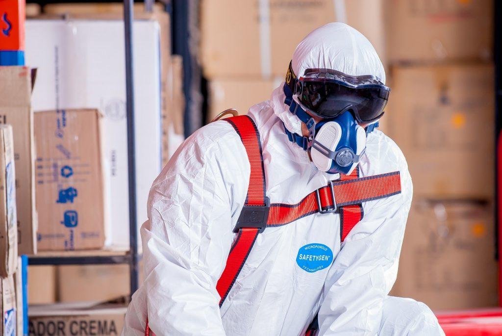 Mann in Sicherheitsanzug - Arbeitskleidung