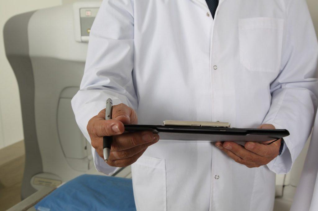 Doktor mit Mappe Arbeitskleidung