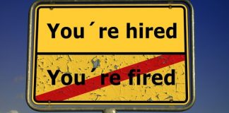 "Schild ""You're hired / durchgestrichenes You're fired"""
