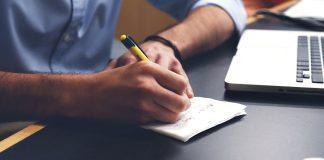 Mann macht Notizen.