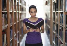 In Uni-Bibliotheken lassen sich Bücher umsonst studieren – außerhalb der Universität müssen Studenten viel selbst finanzieren.
